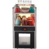 Холодильное оборудование с емкостью для молока и местом для подогрева чашек